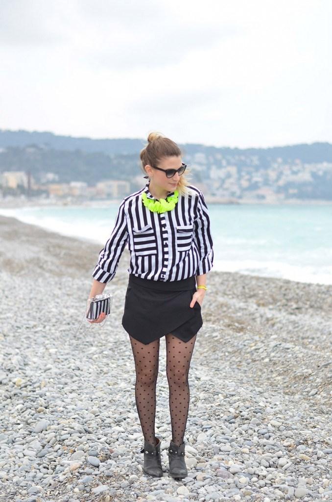 Chemise Fashion Pills, jupe short Zara (ou ICI), collier H M, collants  Gerbe, lunettes Sonia Rykiel (oui ICI solde 12€) et boots Koah. e8af59fb990b