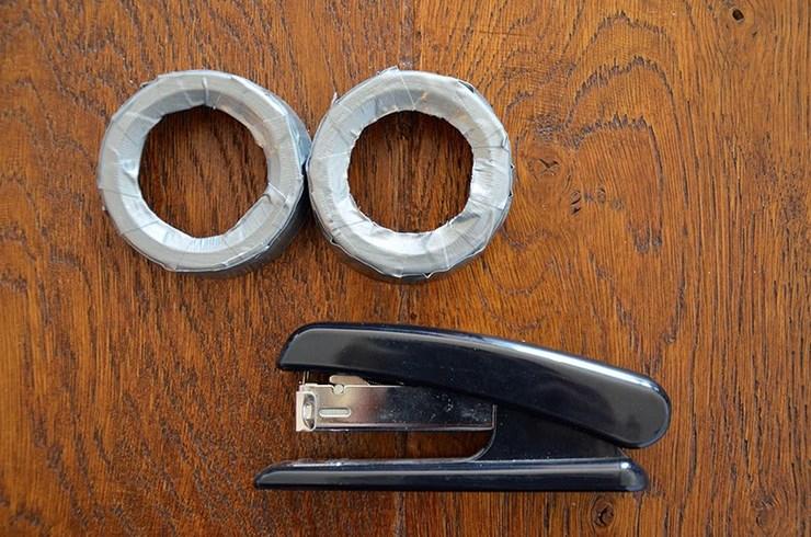 565af555368e01 J ai recouvert le tout avec de l adhésif argenté (comme sur les lunettes  des minions). J ai procédé par étapes. Des fines bandes sur la hauteur puis  une ...